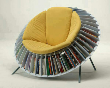 Niecodzienne krzesło z pułkami na książki