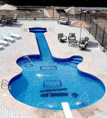 Niecodzienny basen w kształcie gitary