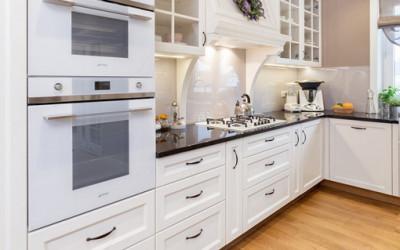 Rodzinna kuchnia wykonana w stylu klasycznym