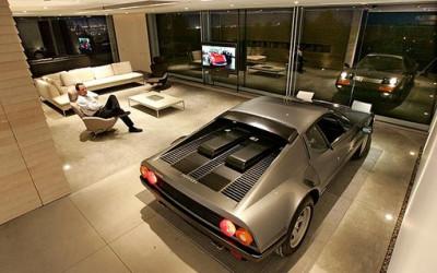 Samochód zaparkowany w domu i nie jest to garaż - nowy trend
