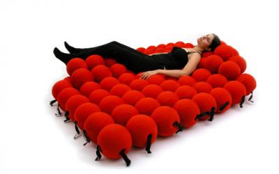 Wielofunkcyjne łóżko z piankowych kul
