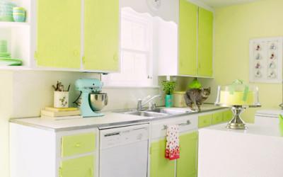 Biała kuchnia oraz salon