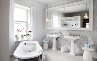 Biała łazienka może być interesująca