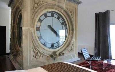 Hotel Tower z gigantycznym zegarem