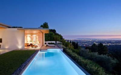 Imponujący kalifornijski dom z otwartym tarasem