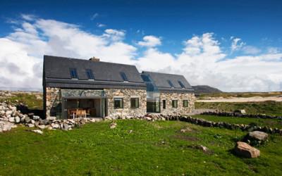 Irlandia - dwa domy z kamienia, połączone w jedną całość.