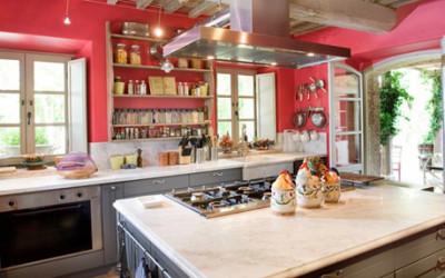 Kuchnia w kolorze malinowym
