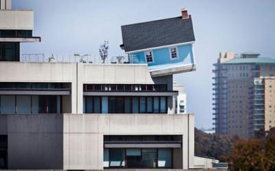 Niecodzienny dom na dachu budynku