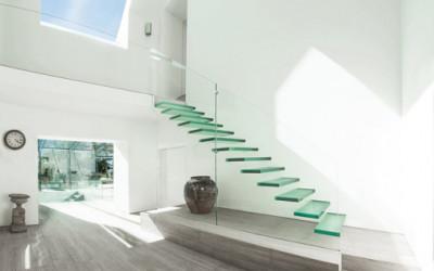 Oszklone schody dodają świeżości