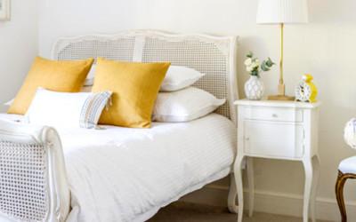 Trzy różne stylizacje zamknięte w jednej sypialni