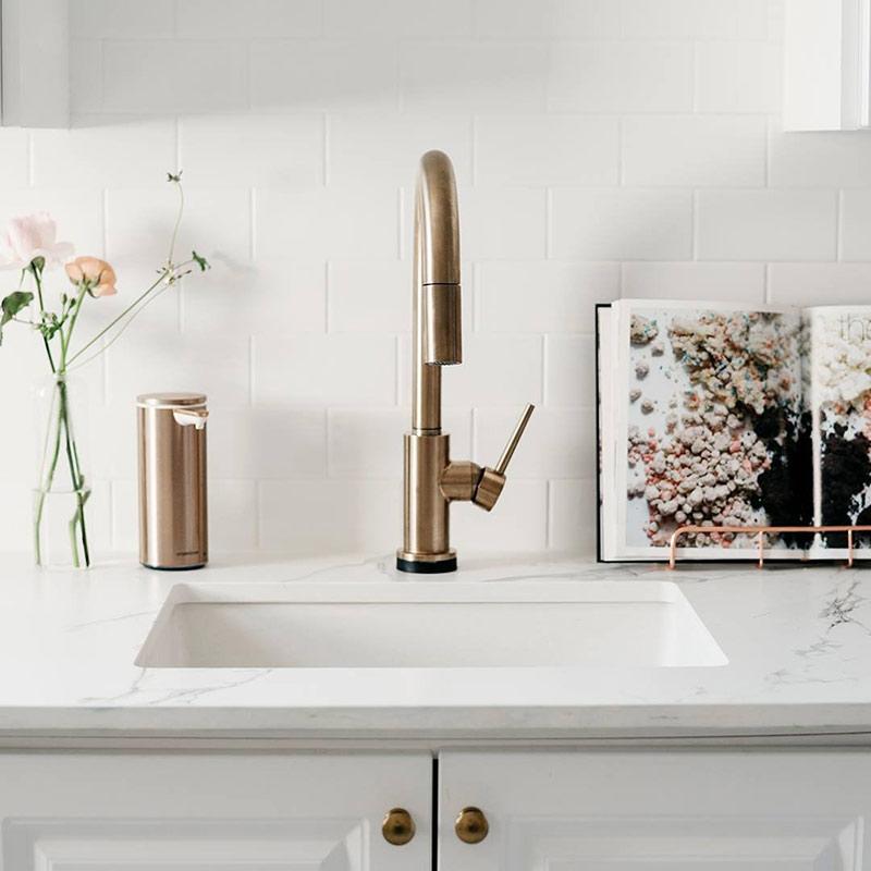 złoty dozownik do mydła automatyczny simplehuman